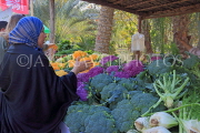 BAHRAIN, Noor El Ain, Garden Bazaar, Farmers Market, Cauliflowers and shopper, BHR1177JPL