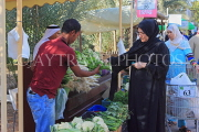 BAHRAIN, Noor El Ain, Garden Bazaar, Farmers Market, shoppers at vegetable stall, BHR1163JPL