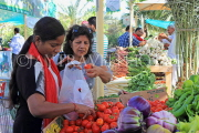 BAHRAIN, Noor El Ain, Garden Bazaar, Farmers Market, shoppers at vegetable stall, BHR1246JPL