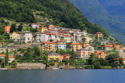 ITALY, Lombardy, LAKE COMO, lakeside scenery, and hillside houses, ITL2301JPL