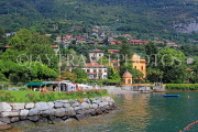 ITALY, Lombardy, LAKE COMO, lakeside scenery, and hillside houses, ITL2311JPL