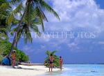 MALDIVE ISLANDS, beach scene with holidaysmakers, and coconut trees, MAL703JPL