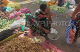 SRI LANKA, Negombo, market, vendor with scales weighing ginger, SLK6177JPL