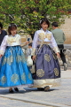 South Korea, SEOUL, Gyeongbokgung Palace, visitors in traditional Hanbok attire, SK46JPL