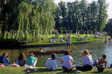 UK, Cambridgeshire, CAMBRIDGE, River Cam, punting and people on river banks, UK5662JPL