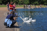 UK, LONDON, Kensington Gardens, Round Pond, people feeding the swans, UK10010JPL
