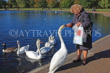 UK, LONDON, Kensington Gardens, Round Pond, woman feeding the swans, UK1067JPL