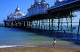 UK, Sussex, EASTBOURNE, Eastbourne Pier, child with bucket, on beach, UK4402JPL