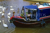 UK, Warwickshire, STRATFORD-UPON-AVON, Stratford Canal Basin, narrow boat and swans, UK5920JPL