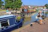 UK, Warwickshire, STRATFORD-UPON-AVON, Stratford Canal Basin, people operating the lock, UK25482JPL
